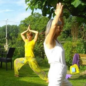 En été on pratique le yoga au jardin à l'EPY